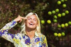 Skratta flickan med limefrukter parkera in Royaltyfri Foto