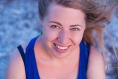 Skratta flickan med piercingar Arkivfoto