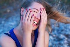 Skratta flickan med piercingar Arkivbilder