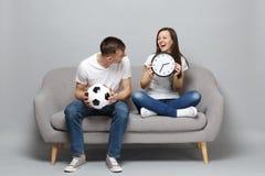 Skratta fotbollsfan för parkvinnaman i vitt t-skjorta jubel upp det favorit- laget för service med rundan för innehav för fotboll royaltyfri bild