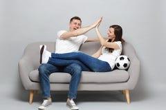 Skratta fotbollsfan för parkvinnamannen hurra upp det favorit- laget för service med fotbollbollen som till varandra ger fem royaltyfria foton