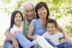skratta för barnbarnmorföräldrar Arkivfoto