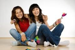 skratta för flickor som är tonårs- Arkivfoton