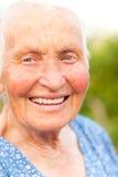 Skratta gammalare kvinna utomhus Arkivfoton