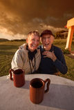 Skratta gammalare par Royaltyfri Bild