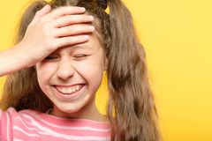 Skratta generad facepalm för flickaräkningspanna fotografering för bildbyråer