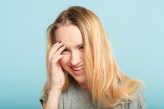 Skratta generad skam för kvinnaräkningsfacepalm arkivbild