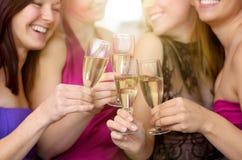 Skratta glade unga kvinnor som tillsammans rostar Royaltyfri Foto