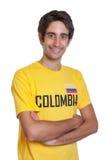 Skratta grabben från Colombia med korsade armar Fotografering för Bildbyråer
