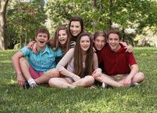 Skratta gruppen av sex tonår Royaltyfri Foto