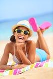 Skratta gyckel för strandkvinna i sommar Royaltyfri Fotografi