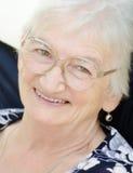 Skratta hög kvinna Arkivbild