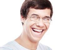 Skratta headshoten för ung man Arkivfoto