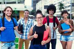 Skratta hipsterflickan med gruppen av mång- etniska studenter i stad Royaltyfri Bild