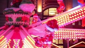 Skratta koppla ihop att göra Selfie i dragningen på julmarknaden, den unga familjen som skrattar i Xmas-mässan glatt stock video