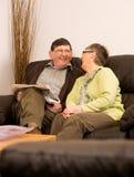 skratta kvinna för manpensionär tillsammans Royaltyfria Bilder
