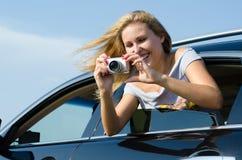 Skratta kvinna som tar digitala foto Royaltyfri Fotografi