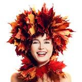 Skratta kvinnamodemodellen med smink och Autumn Leaves Arkivfoton