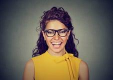 Skratta kvinnan i gul klänning och exponeringsglas Arkivfoto