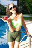 Skratta kvinnan med äpplet Arkivfoto