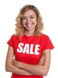 Skratta kvinnan med blont hår i en försäljningsskjorta Arkivfoton