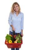 Skratta kvinnan med blont hår som köper sund mat Fotografering för Bildbyråer