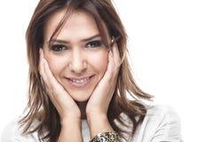 Skratta kvinnan med ett förstående leende Royaltyfria Bilder
