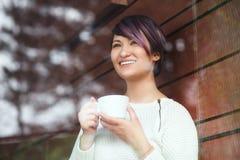 Skratta kvinnan med koppen kaffe Arkivbild