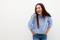 Skratta kvinnan med långt håranseende vid vit bakgrund Royaltyfria Foton