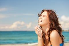 Skratta kvinnan på stranden Arkivbild