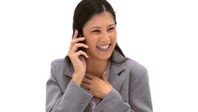 Skratta kvinnan som talar på telefonen Fotografering för Bildbyråer
