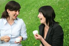 skratta kvinnor Arkivbilder