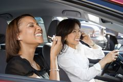 skratta kvinnor för bil Royaltyfria Bilder