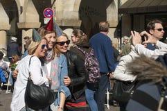 Skratta kvinnor som firar ungmöpartiet arkivfoton