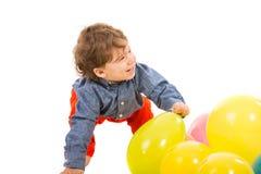 Skratta lilla barnet som bort ser Royaltyfria Foton