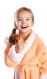 Skratta liten flicka som borstar henne tandisolat Arkivfoto