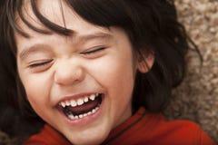 skratta litet barn för pojke Arkivfoto