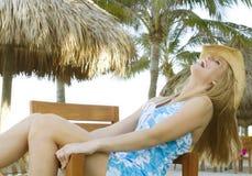 skratta luta för tillbaka blond stolskvinnlig royaltyfria foton