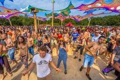 Skratta lyckligt partifolk på dansgolvet Royaltyfri Fotografi