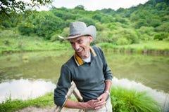 Skratta mannen i cowboyhatt Arkivfoton
