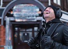 Skratta mannen i gatan Arkivbilder