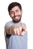 Skratta mannen med skägget som pekar på kameran Royaltyfri Foto