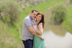 Skratta mannen och kvinnan royaltyfri foto
