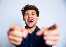 Skratta mannen som pekar på dig arkivfoto