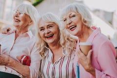 Skratta meddelar farmödrar i positivt lynne royaltyfri fotografi