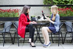 Skratta och samtal med bästa vän Fotografering för Bildbyråer