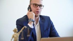 Skratta och talande mobil för gladlynt advokat med den tillfredsställda klienten i lagkontor stock video