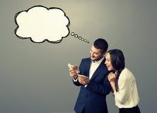 Skratta par med bubblaanförande Arkivfoto