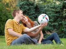 skratta parkvolleyboll för par Royaltyfria Bilder