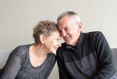 skratta pensionär för par tillsammans royaltyfri foto